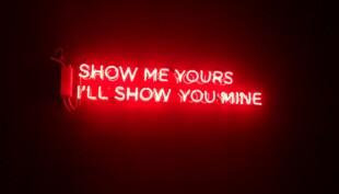 czerwony neon nudesy