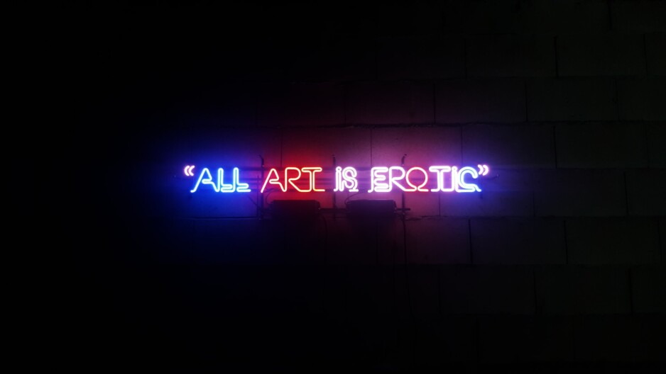 neon z napisem o seksie